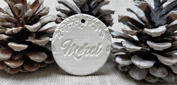 Découvrez nos médaillons et plaques en terre cuite personnalisés !